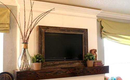 Khung gỗ nâu trầm hài hòa với màu đen của tivi