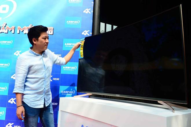 Danh hài Trường Giang bên sản phẩm màn hình cong do aSanzo sản xuất