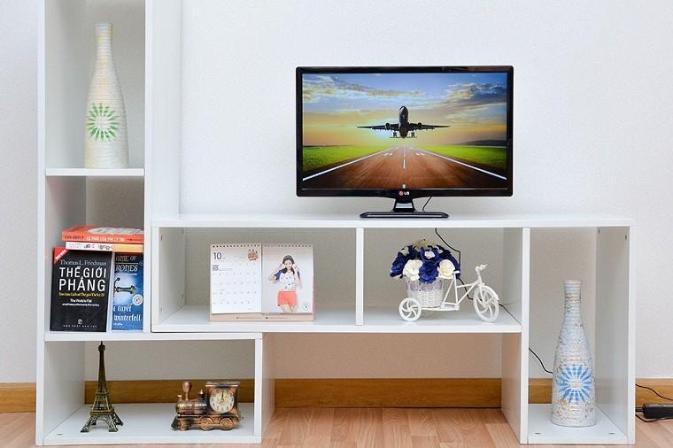 Đặt tivi trên sản, nền nhà hoặc vị trí thấp để sửa chữa