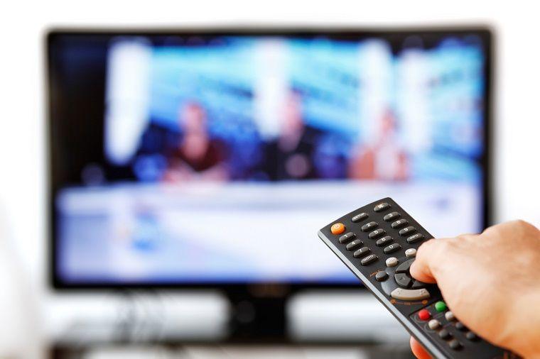 Thói quen tắt tivi bằng điều khiển từ xa có thể khiến tivi bị giảm tuổi thọ