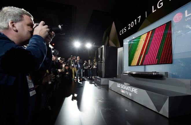Mẫu tivi Signature OLED W7 cao cấp ra mắt tại Triển lãm điện tử tiêu dùng (CES) 2017 ở Las Vegas.(Nguồn: Getty)