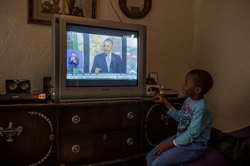 Tăng khả năng học tập của trẻ nhỏ khi xem tivi cùng bố mẹ