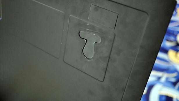 Móc giữ đặc biệt được thiết kế nam châm để gắn chặt tivi lên tường, thậm chí không cần dùng tới máy khoan