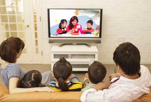 Xem tivi nhiều giờ trong ngày ảnh hưởng xấu đến sức khỏe thể chất và tinh thần.