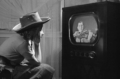 Có nhất thiết phải đặt tivi Panasonic trong tủ kính để chống bụi không?