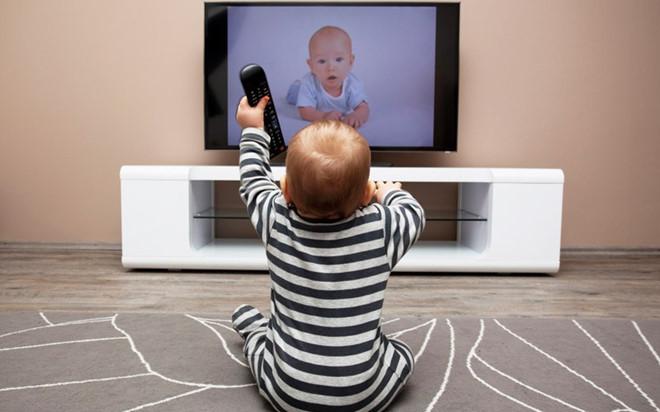 Tại sao phải cấm trẻ dưới 2 tuổi xem tivi?